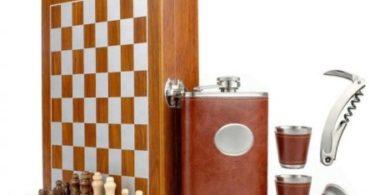 Set format din 5 piese: Caseta din lemn cu 2 pahare, sticla whiskey, tirbuson si j
